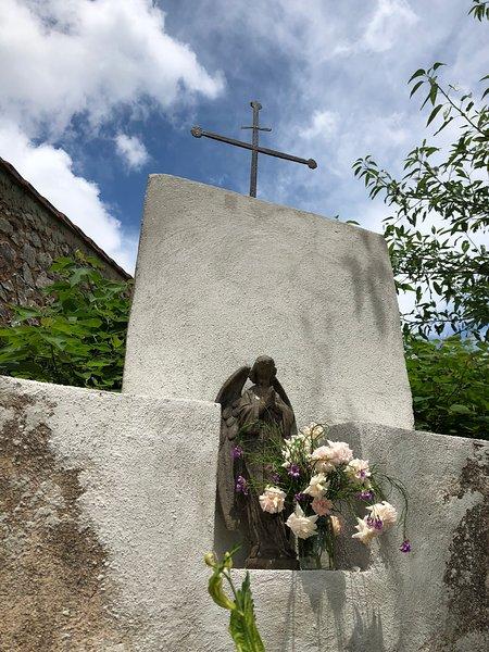 A maioria dos domaines e chateaux tem uma cruz (crucifixo) na entrada. Este é o nosso a partir de meados de 1800