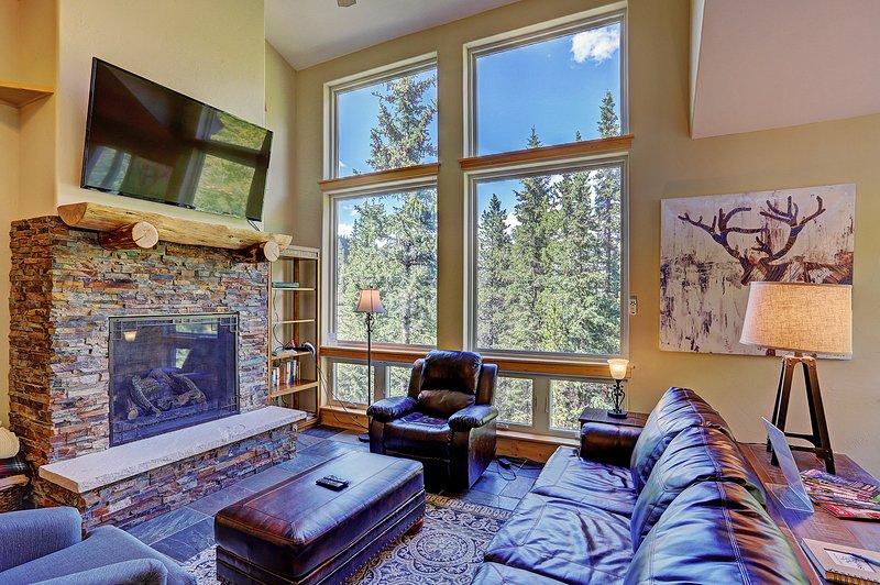 Las grandes ventanas ofrecen mucha luz natural para la sala de estar