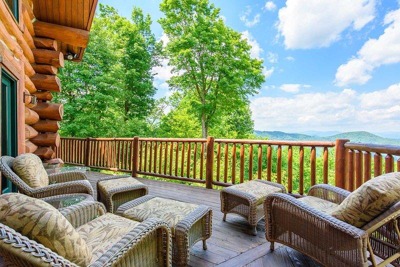 Genießen Sie den Ausblick vom Deck der Spice Mountain Lodge