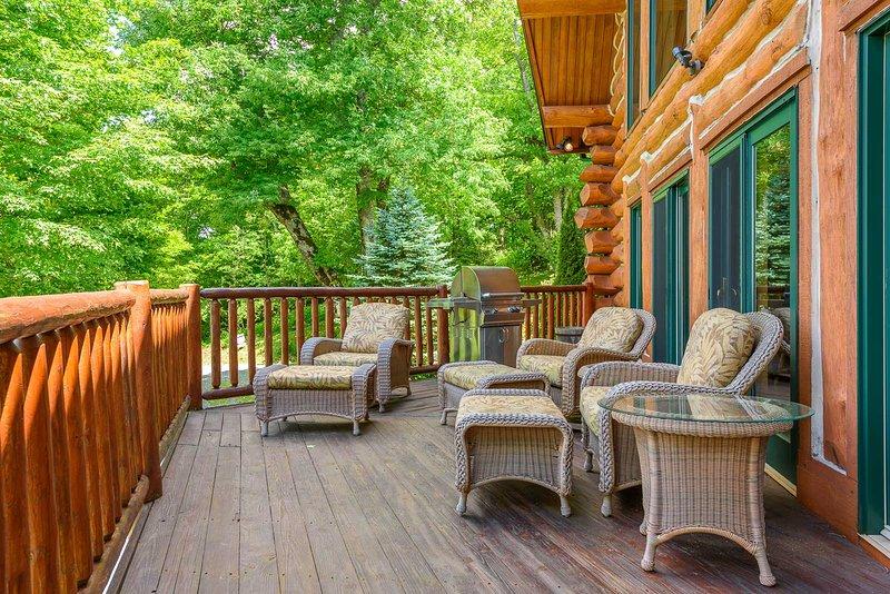 Bequeme Sitzgelegenheiten an Deck der Spice Mountain Lodge