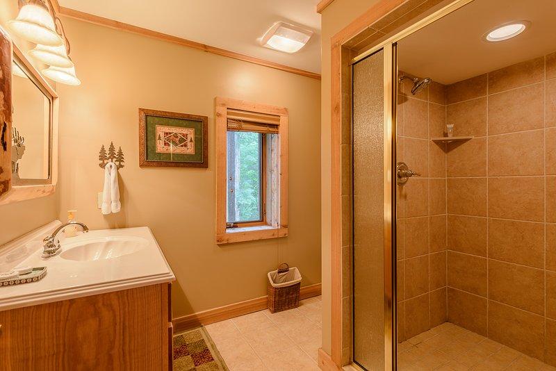 Badezimmer im Erdgeschoss mit großer begehbarer geflieste Dusche
