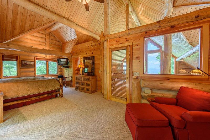 Geräumiges Schlafzimmer im Loft mit eigenem Bad, Balkon, TV