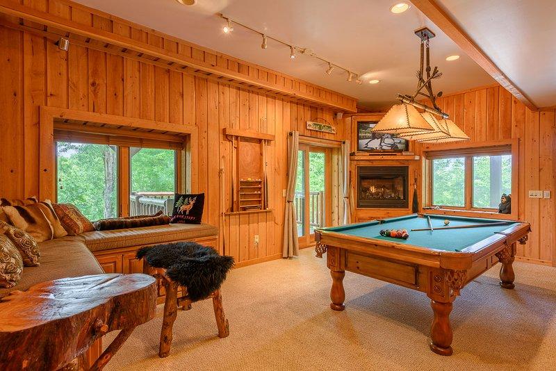 Spielzimmer im Erdgeschoss mit Billardtisch, Gas-Log Kamin, bequeme Sitzgelegenheiten