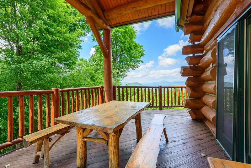 Überdachte Veranda und Mahlzeiten im Freien mit Blick auf die Spice Mountain Lodge