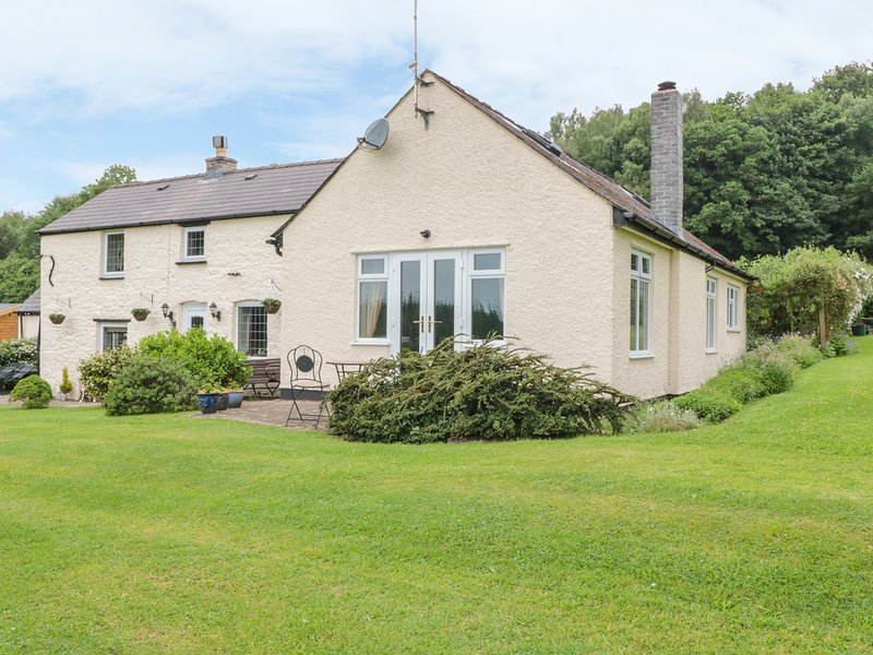 FIR COTTAGE, single-storey wing to owners' home, woodburner, extensive gardens, holiday rental in Llandogo
