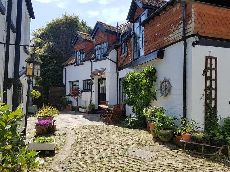 THE COACH HOUSE, Views over Carisbrooke Castle, pet-friendly, in Cowes, Ref, holiday rental in Brighstone