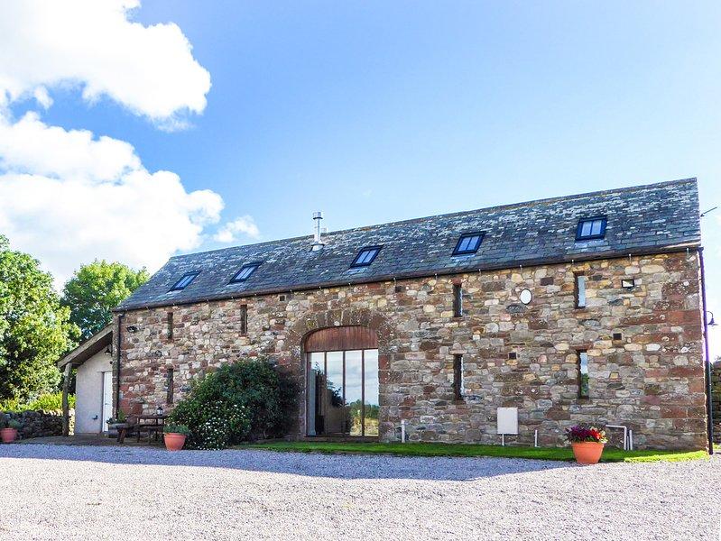 RUSBY BARN, woodburning stove, pet-friendly, underfloor heating, fantastic base, holiday rental in Renwick