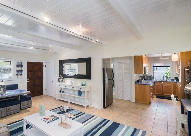 Beachside Bliss w/ Courtyard, Hot Tub & Outdoor Shower - 40' to Ocean!, alquiler de vacaciones en Bolinas