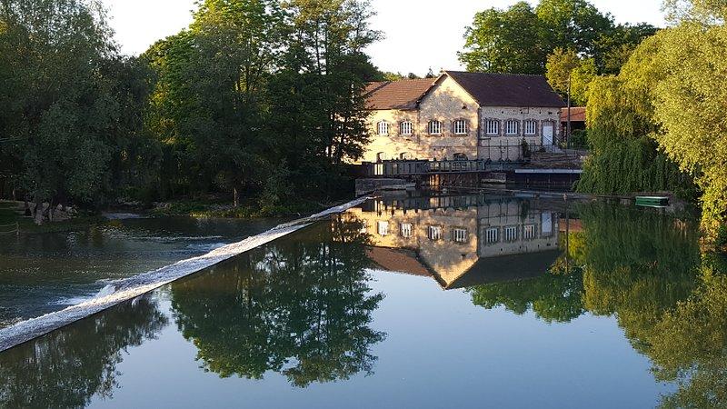 Gite de groupe sur la Seine à 2h de Paris: 6 chambres 5 salles de bain., holiday rental in Clerey