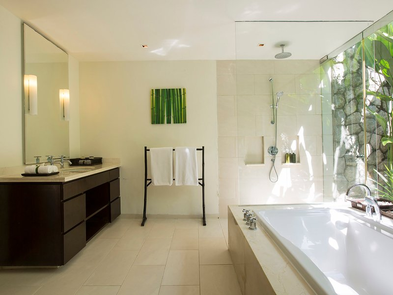 Villa Shanti - Tropical bathroom design
