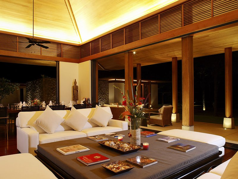 Villa Shanti - Living area at night