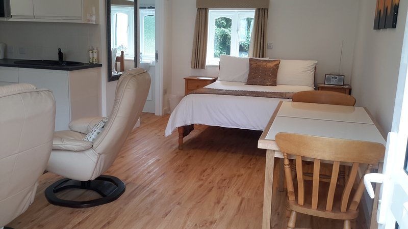 Studio 1 - Double room Studio with lounge area, private bathroom & kitchenette, location de vacances à Halstead