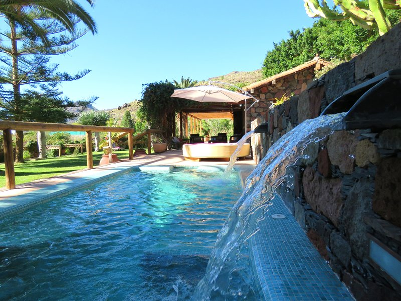 Amazing villa with swimming-pool, holiday rental in Monte Leon