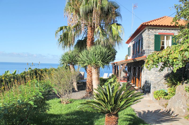 Cliff-top location, peaceful, breathtaking sea views | Stonecliff Cottage, location de vacances à Arco da Calheta