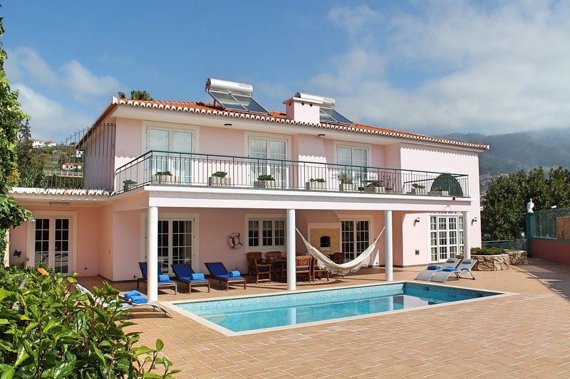 Superb refurbished villa, heated pool, close to facilities | Casa Petronella, location de vacances à Funchal