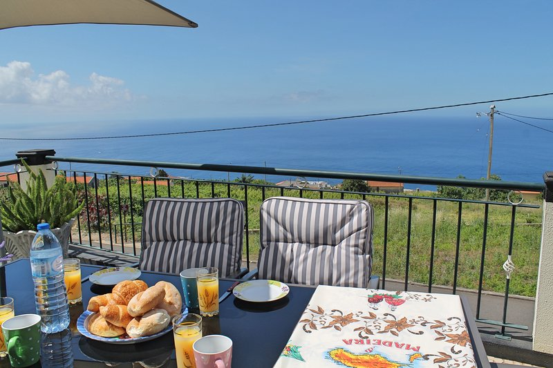 Ideal for couples or families, sunny area surrounded by vines | Casa Vista Bela, holiday rental in Estreito da Calheta