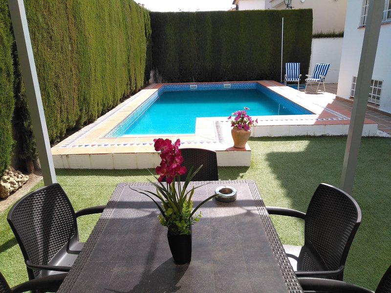 Amazing chalet with swimming-pool, location de vacances à Churriana de la Vega