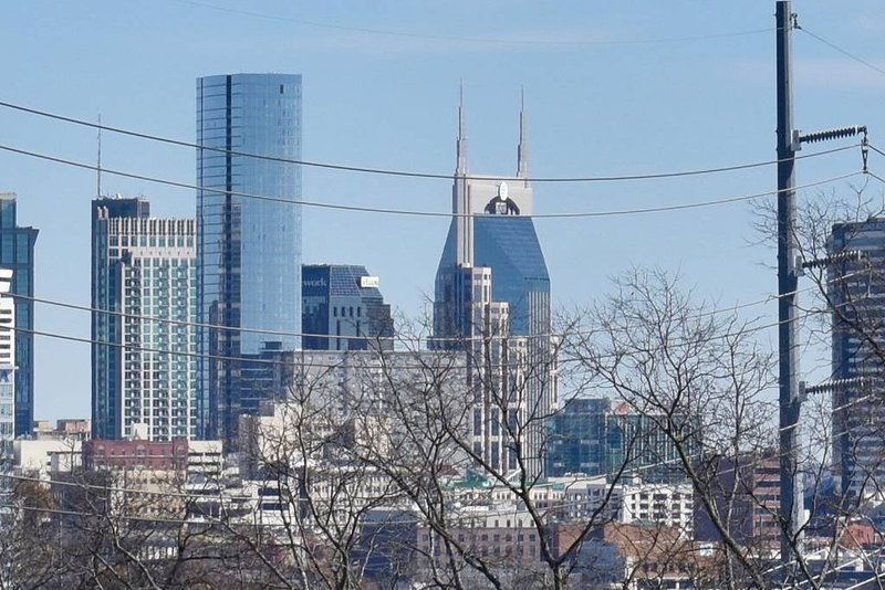 NEW Modern Home w/ Private Rooftop & DOWNTOWN View, vacation rental in Nashville