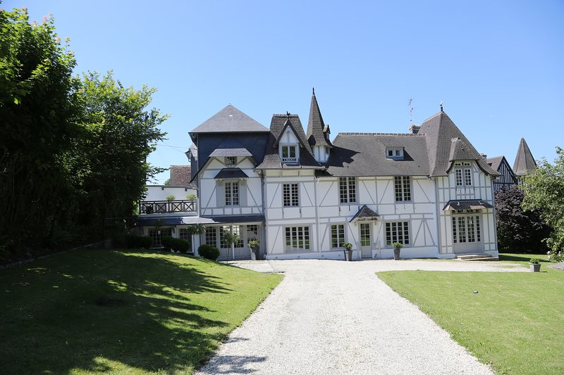 Beautiful Manor in Trouville sur Mer. Fully restored and at 5 mn to the beach. Nice view on the sea