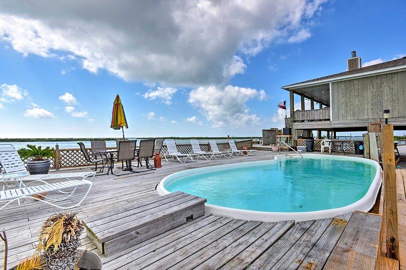 Esta casa de vacaciones para un máximo de 14 en Rockport ofrece una refrescante piscina.