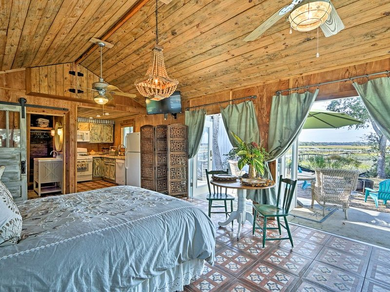 NEW! 'Santa Salvo Cassetta' Colonels Island Studio, vacation rental in Sunbury