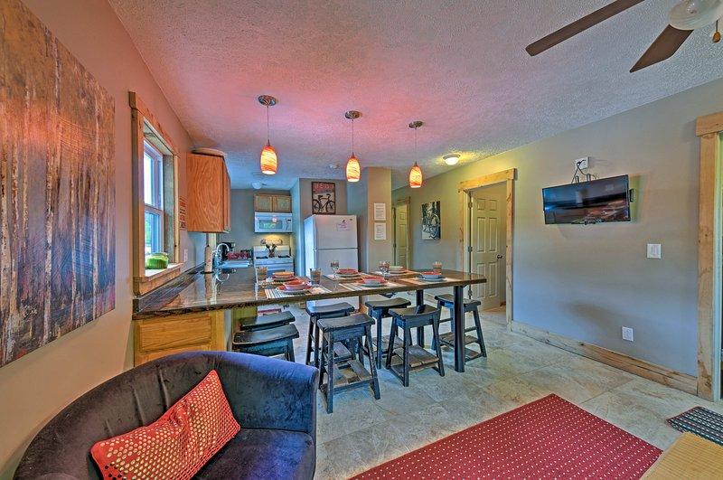 A casa oferece o encanamento novo, elétricos, cozinha, casas de banho, e muito mais!