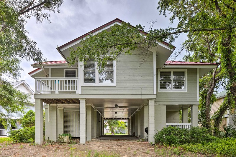 Welcome to this magnificent Isle of Palms home-away-from-home!