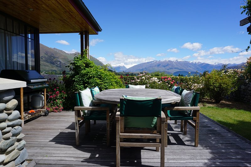 Family friendly holiday home with lake and mountain views and close to town., holiday rental in Queensberry