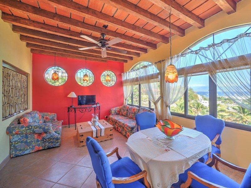 Bekvämt vardagsrum och matplats. Spektakulär utsikt över Banderas Bay