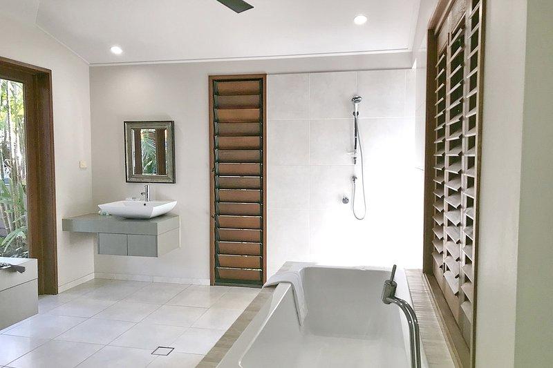 The Artist House - Main Bedroom Bathroom