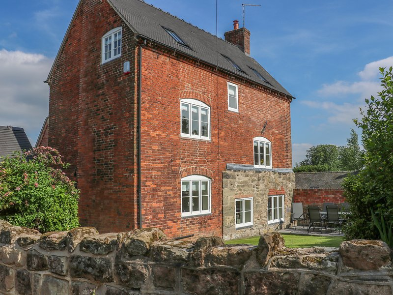 FIRTREE COTTAGE, three storey house, near Ashby-De-La-Zouch, holiday rental in Swadlincote