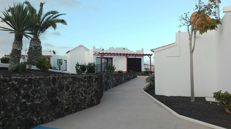Beautiful bungalow with pool access, holiday rental in Fustes