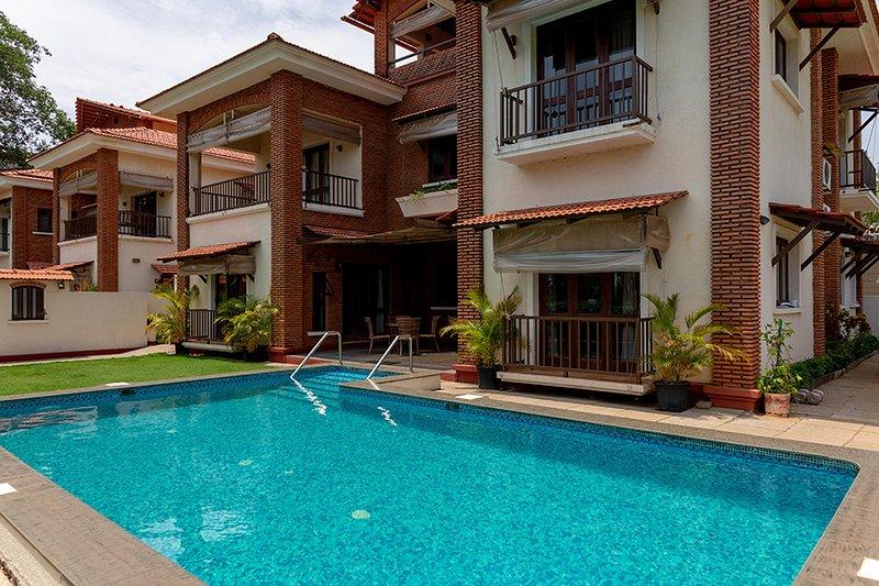 Villa exterior com uma piscina