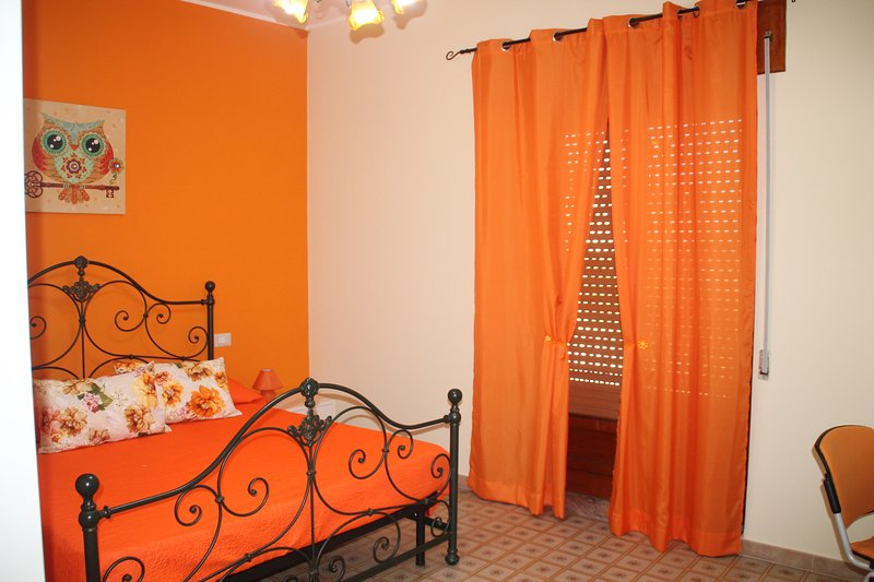 B&B La Rosa nel cortile - Camera Arancio, holiday rental in Guardia Sanframondi