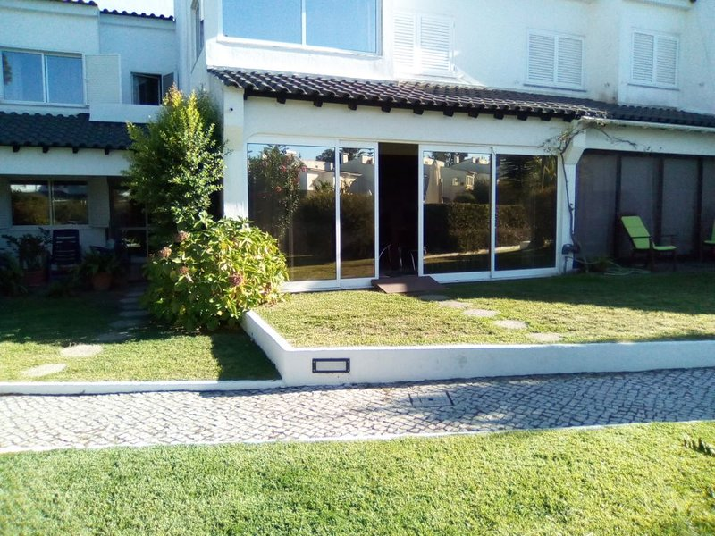 Spacious house with shared pool, casa vacanza a Amora