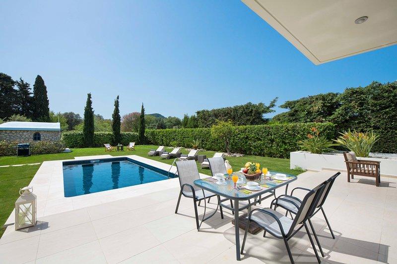 Trianta Villa Sleeps 8 with Pool and Air Con - 5635683, alquiler de vacaciones en Ialyssos