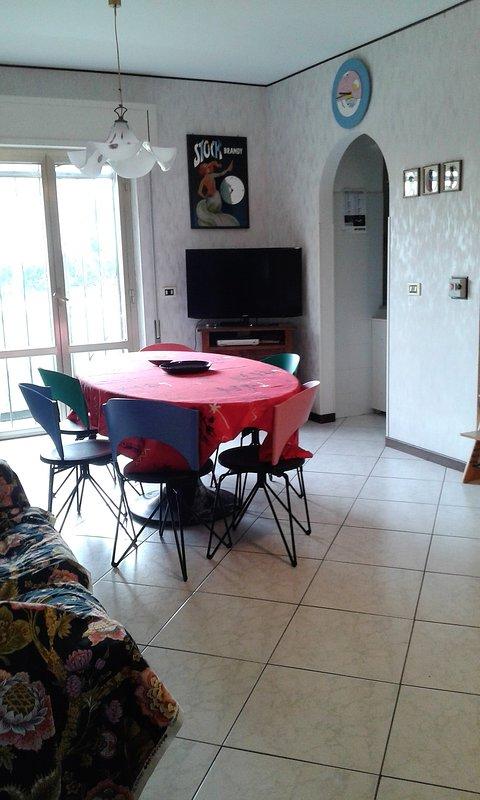 Wohnzimmer, drei Sofas, Marmortisch, TV, Lüfterschaufeln