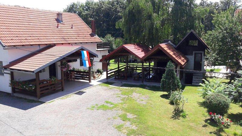 Two bedroom apartment Smoljanac, Plitvice (A-12345-a), location de vacances à Dreznicko Seliste