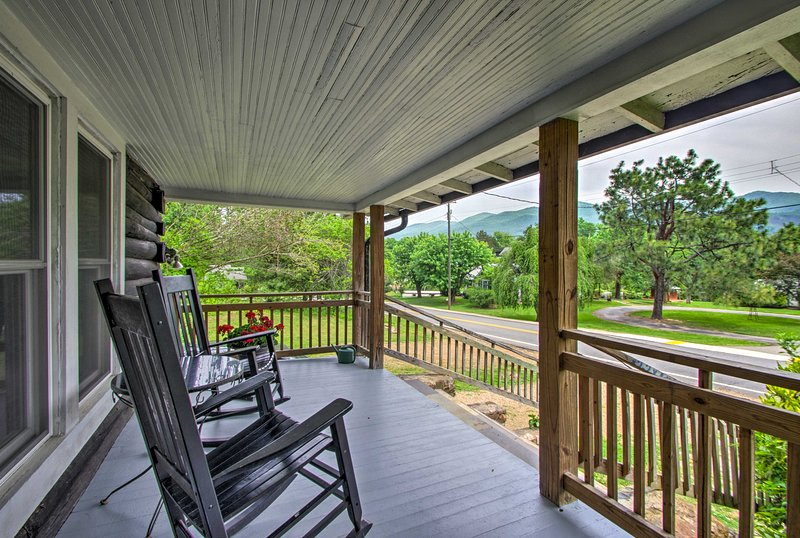 NEW! Hot Springs Cabin w/Hot Tub, Fire Pit & Porch, holiday rental in Hot Springs