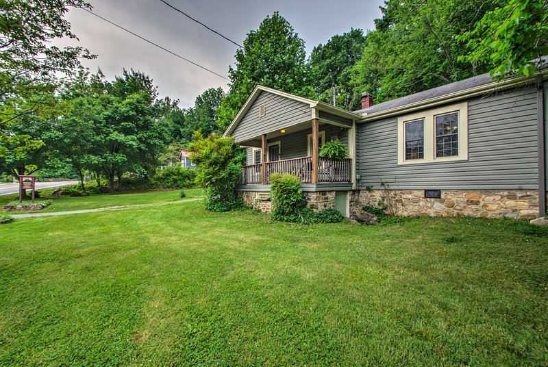 NEW! 'Trailside Cottage' in Hot Springs w/Hot Tub!, location de vacances à Hot Springs