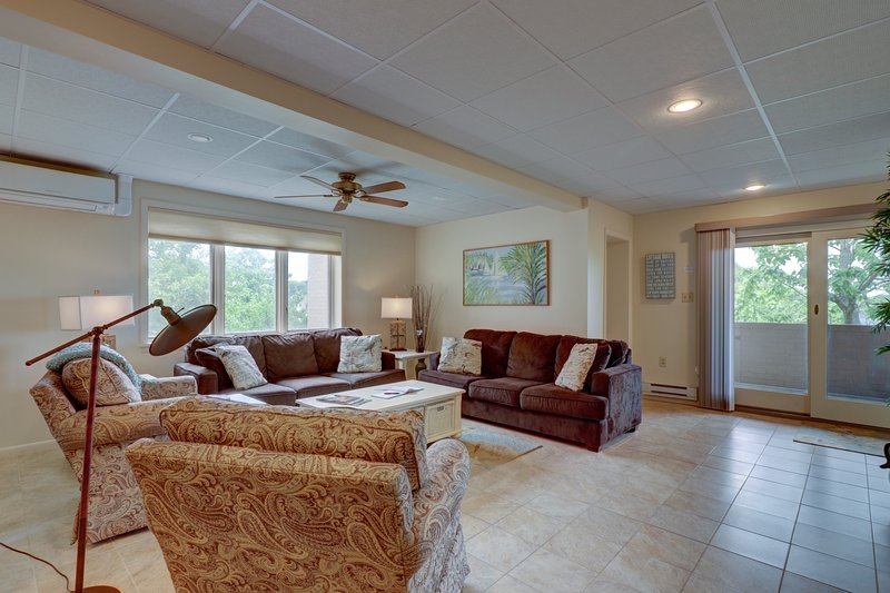Welcome to Tidewater House! Large Living Room w/ Sleeper Sofa and plenty of seating
