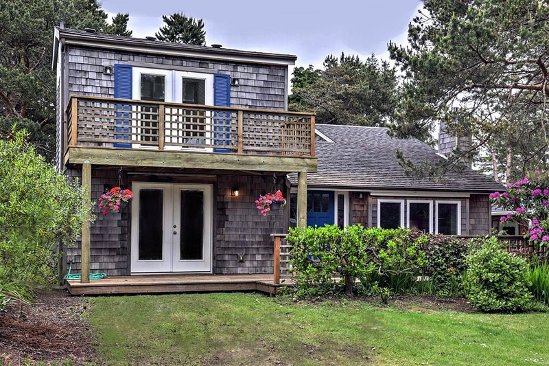Modern 'Watercolor Cottage' w/ Deck, Walk to Beach, alquiler de vacaciones en Neskowin