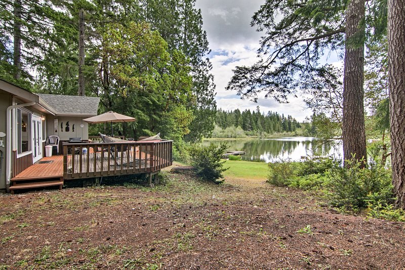 The 2-bedroom, 1-bathroom cabin is steps from picturesque Mason Lake.