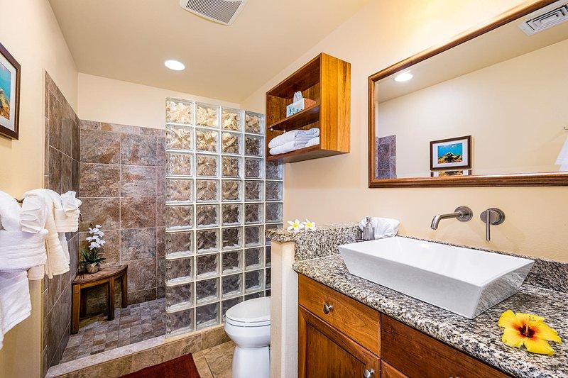 Master-Bad mit großer begehbarer Dusche