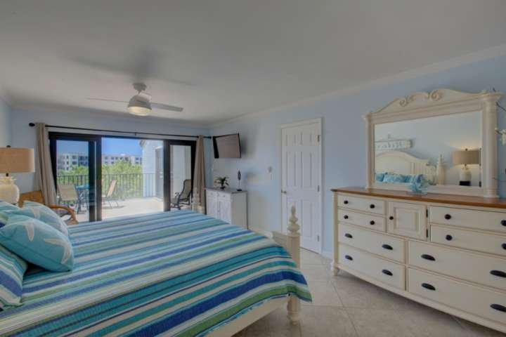Master bedroom has private balcony with gulf views, King bed, 42' flatscreen and plenty of closet space for your clothes and such. En-suite bath with