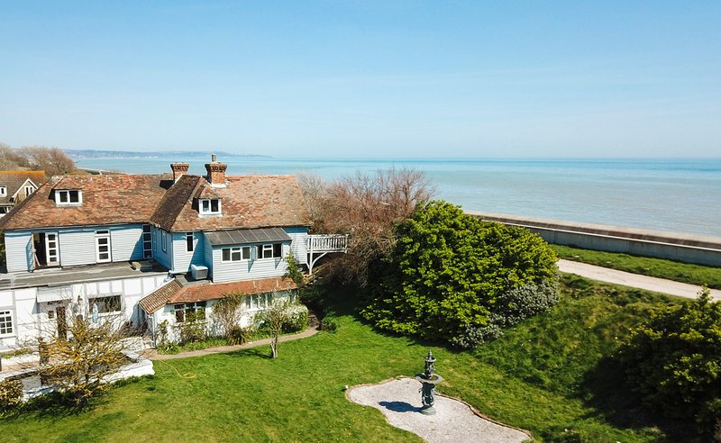 Dymchurch Villa Sleeps 15 - 5217608, Ferienwohnung in Burmarsh