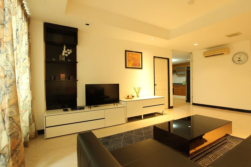 Spacious 2 BR. 140 Sqm. Central Located 5 mins BTS, holiday rental in Phra Pradaeng