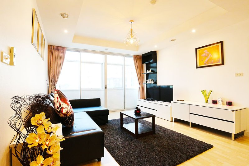 5 Mins BTS,SPACIOUS, 2 BR, 140 Sqm.Central Located, holiday rental in Phra Pradaeng