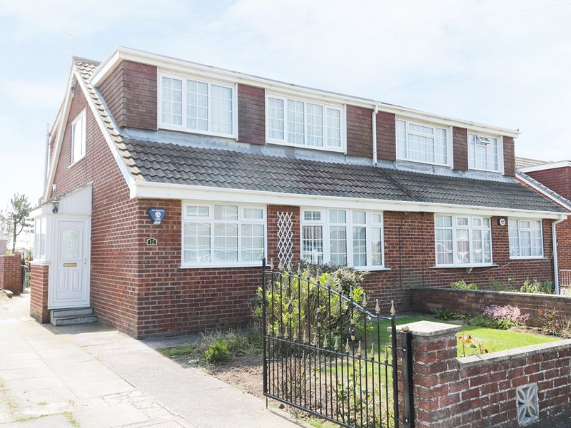 SEASPRAY, spacious interior, conservatory, views towards the sea, in Withernsea, holiday rental in Patrington