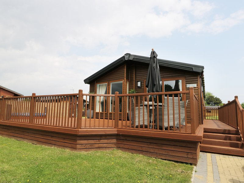 LITTLE GEM LODGE MALTON, luxury lodge with hot tub, near Malton, holiday rental in Hovingham